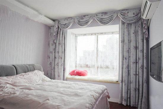 如果您家的卧室比较高大挺拔,那么卧室的壁纸就选择长条图案。但是多数家庭的小户型卧室都不是太宽敞,这个时候,卧室壁纸就最好不要用纹理等过于明显的图案,这样会显得卧室更小。其次,图案的尺寸也要适当,太大的壁纸图案会让居住者有一种压迫感。如果您的卧室是坐南朝北,阳光不是太足,那么房间的主色调就要以暖色为主。如果是南北朝南,就可以用偏冷色调的颜色。这几年,太原的冬季也是非常冷,选择合适的卧室色调,让户主在心理上也会感到温暖舒适。