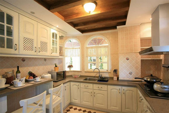 田园风格的厨房更加贴近自然,可以增加家人的食欲。所以,太原装修公司带领大家看一下最流行的2014小户型田园风格厨房装修效果图。 用复古式瓷砖搭建的灶台