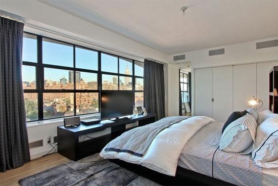 欧式卧室的装修风格是以简洁为主,除了起到休息睡眠的作用之外,不需要有其他过多的装饰,一般也不需要安装吊顶,特别是卧室墙壁的颜色,做的越简洁越好。墙纸等材料要和家居合理搭配,床头不需要放置过多的东西。在卧室装修中,最重要的就是窗帘、床单、衣物柜等。现代家庭欧式卧室装修风格受到很多户主的青睐。太原装修公司给户主整理了一些2014年家庭欧式卧室装修效果图。