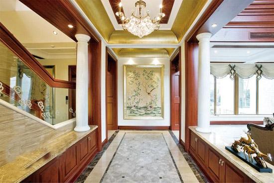客厅过道吊顶简而言之就是客厅天花板的装修,客厅吊顶的装修效果和很多因素有关,设计造型、吊顶材料和价格都会起到一定的影响。客厅吊顶要想装修的美观,必须和客厅装修的整体基调相协调,这样的装修效果才是最好的。吊灯的灯光反射到顶部墙面,行成粉红色的花朵形状,设计独特。