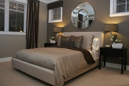 欧式卧室的装修风格是以简洁为主,除了起到休息睡眠的作用之外,不需要有其他过多的装饰,一般也不需要安装吊顶,特别是卧室墙壁的颜色,做的越简洁越好。墙纸等材料要和家居合理搭配,床头不需要放置过多的东西。在卧室装修中,最重要的就是窗帘、床单、衣物柜等。现代家庭欧式卧室装修风格受到很多户主的青睐。