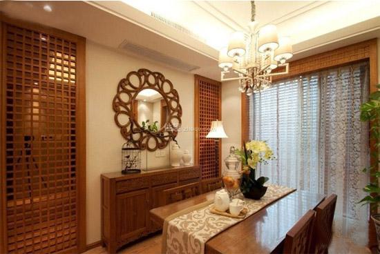 中国传统的装修风格比较注重优雅与庄重,家具大多都是明清样式的红木家具,有的家里还挂着中国古代的山水风景画。看惯了这些装修效果,今天,小编带着您看一下新中式餐厅装修效果图。