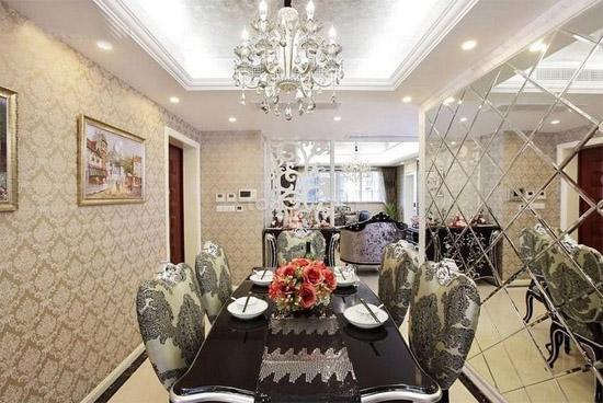 餐厅也融入客厅设计中,塑造了开放又紧密的空间关系。长方形的餐桌加上灰白色格纹餐椅,使欧式氛围更加浓厚。餐厅与客厅的开放式空间更显得家居的宽阔。