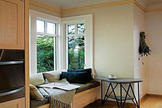 小户型房子空间有限,导致阳台非常的狭小。如果利用家庭客厅和阳台的空间感来设计阳台,会在无形间给阳台扩容,并且使其与客厅相连接,加上现代简约型装修风格,这样的话,阳台就不会再显得狭小了,客厅也会是另外一种情景。下面请太原雅辉装修公司的专家给大家讲一下小户型现代简约风格客厅阳台装修效果图方案。